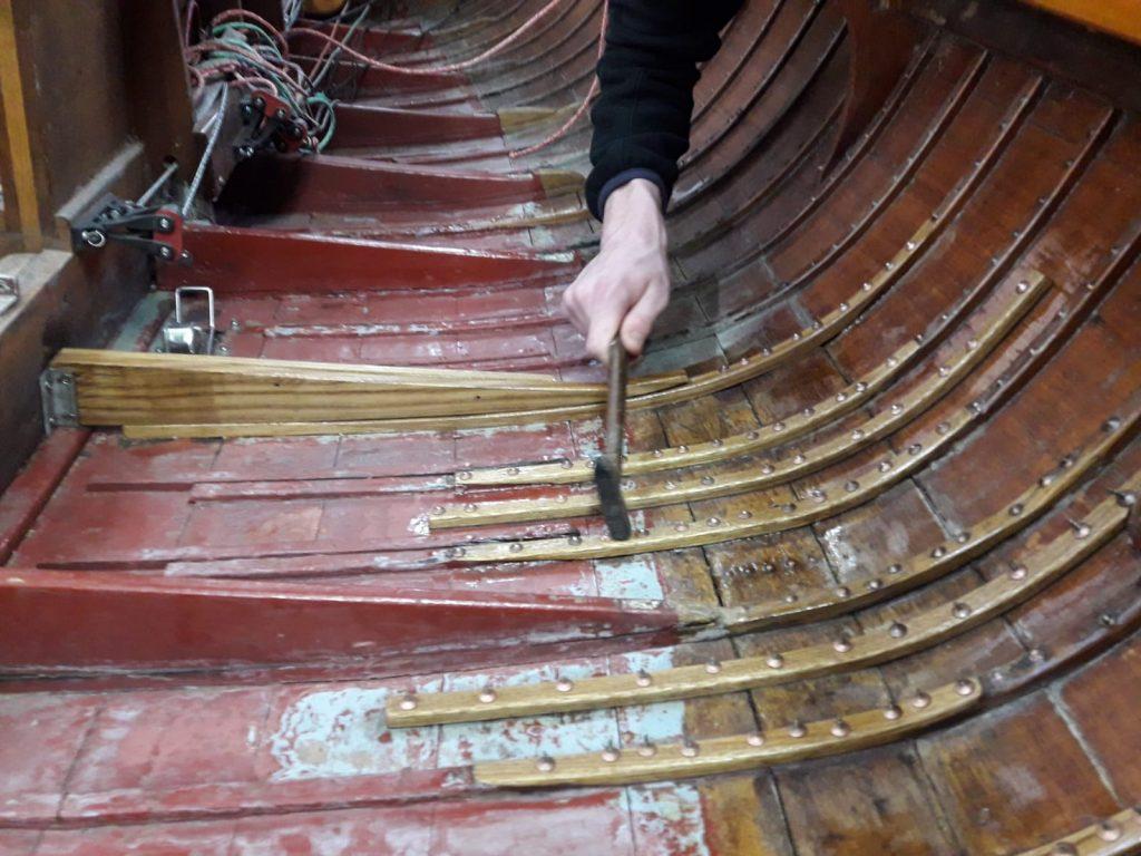 Bootsbauer Jonas Ortner gibt dem Boot die passende Form, Foto: Jonas Ortner | Boat Solutions