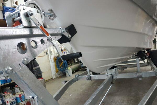 Slipfähiger Trailer mit Seilwinde , Kielrollen und höhenverstellbaren Langauflagen | Boat Solutions, Utting am Ammersee